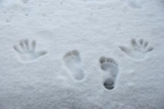 Следы на снегу от обуви и рук