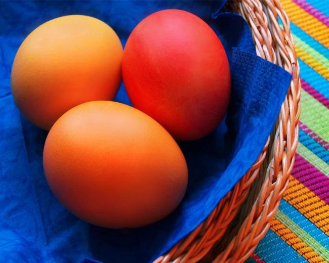 С чем связано красить яйца на пасху